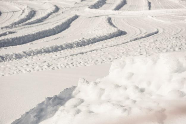 Ski sporen op besneeuwde landschap