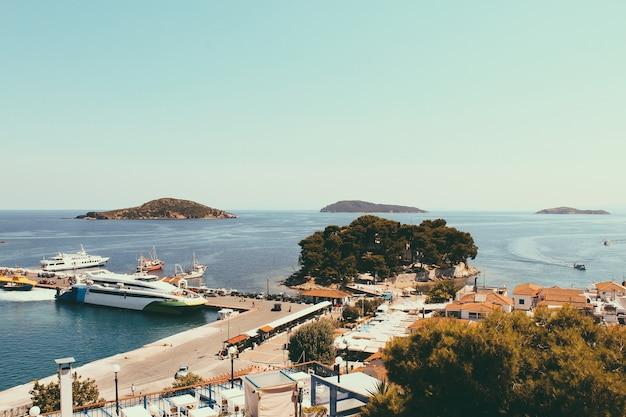 Skiathos stad op het eiland skiathos, griekenland. prachtig uitzicht op de oude stad met boten in de haven.