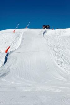 Skibaan op alpiene berg in frankrijk