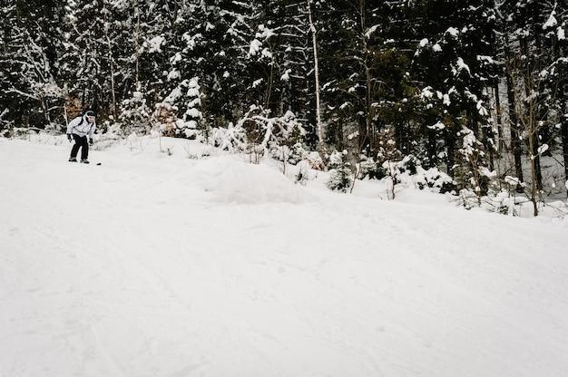 Skiën. goed skiën in de besneeuwde bergen. man in skimasker op ski's op sneeuw in de karpaten.