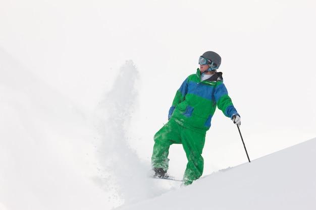 Skiër afstoffen sneeuw