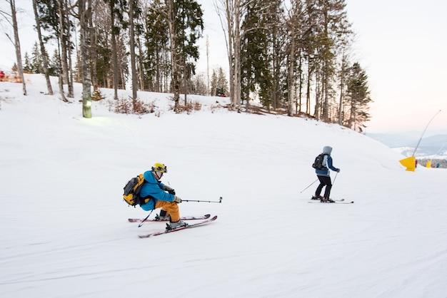 Skiër bij skitoevlucht in de winter