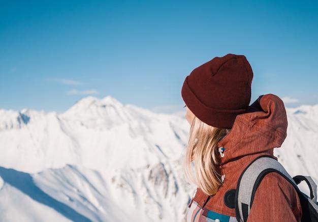 Skiër bovenop sneeuwbergen bij aardige zondag. bergen van de kaukasus in de winter, georgia, regio gudauri.