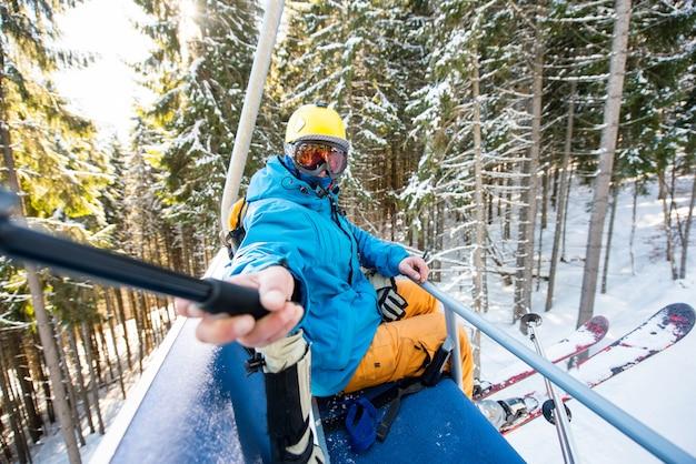 Skiër die een selfie neemt