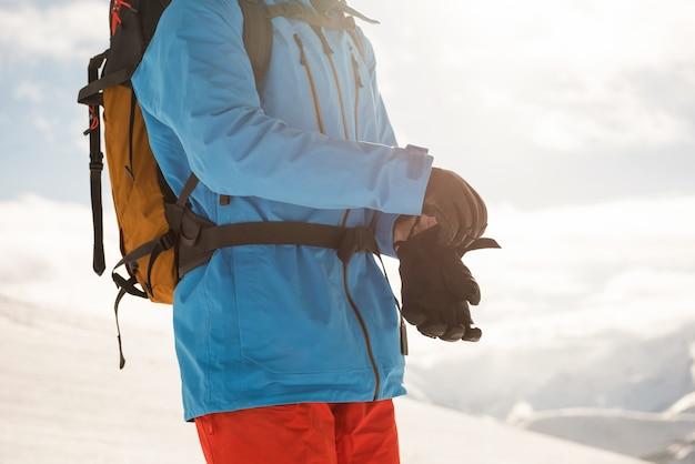Skiër die handschoenen draagt