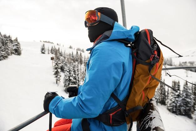 Skiër die mooie met sneeuw bedekte bergen bekijkt