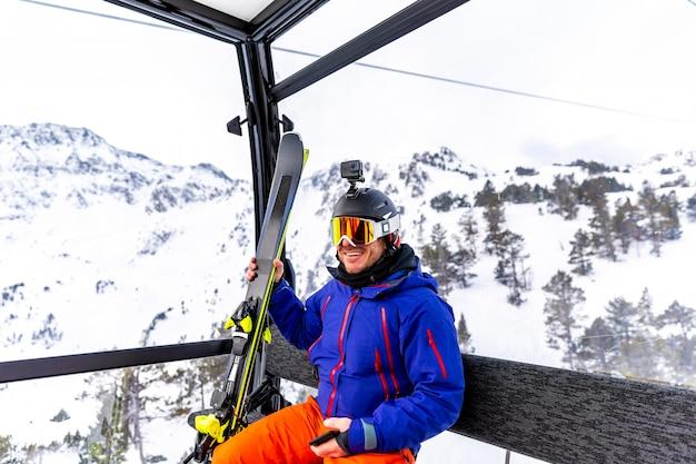 Skiër die op de kabelwagen reist