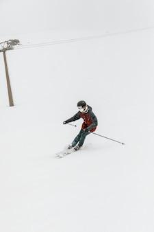 Skiër die sport volledig schot doet