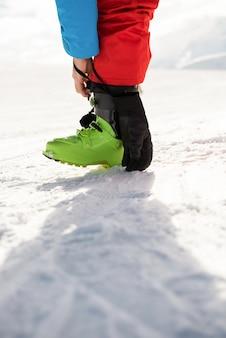 Skiër die zijn schoenriem vastbindt