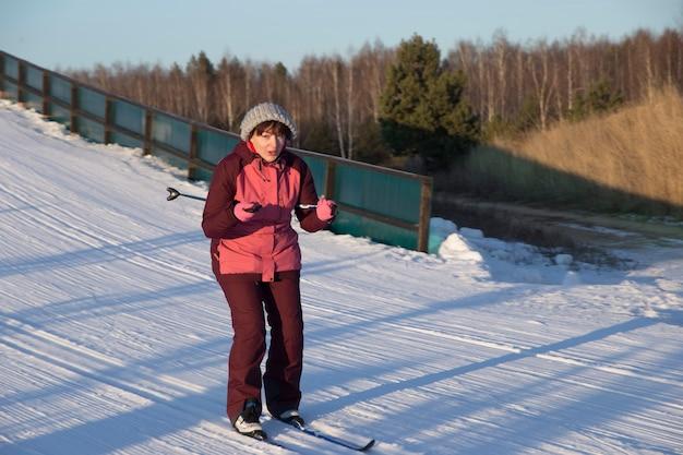 Skiër glijdt een kleine helling af