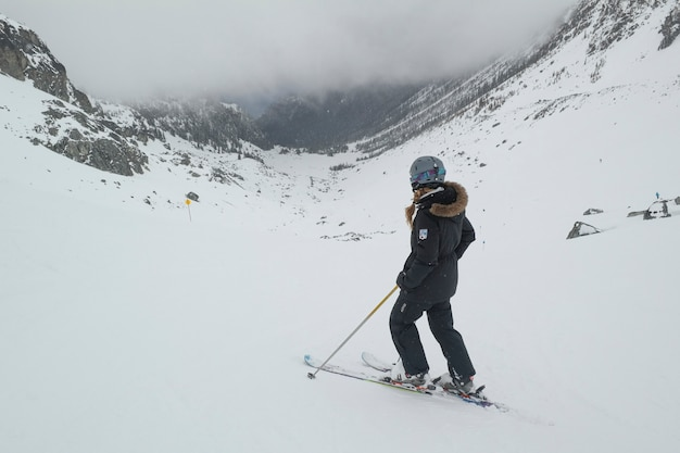 Skier in de met sneeuw bedekte vallei, whistler blackcomb, vancouver, british columbia, canada