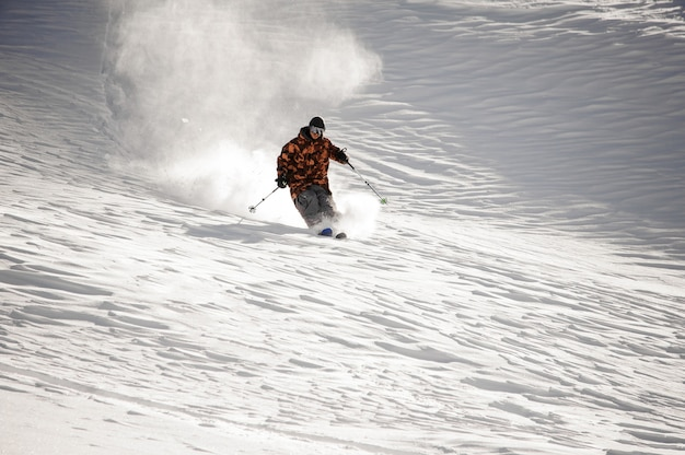 Skiër man rijden langs de skipiste in het populaire toeristenoord gudauri in georgië