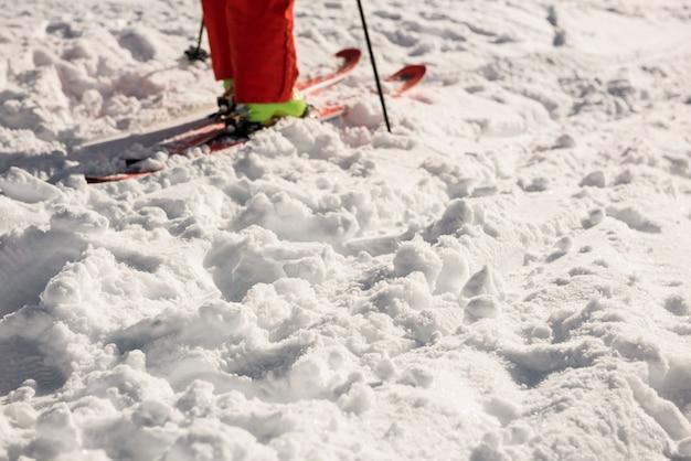 Skiër op besneeuwde bergen