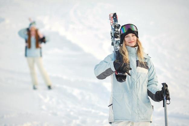 Skiër op een berghelling poseren tegen een achtergrond van met sneeuw bedekte bergen
