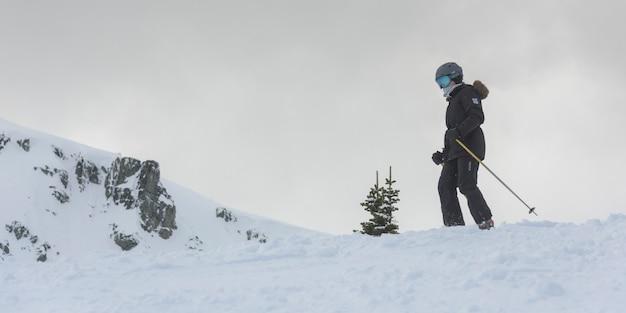 Skiër op sneeuw bedekte berg, whistler, british columbia, canada