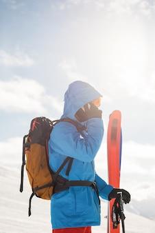 Skiër praten op mobiele telefoon