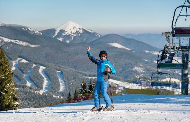 Skiër skiën in de bergen