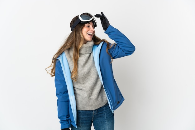Skiër vrouw met snowboard bril geïsoleerd op wit lachend veel