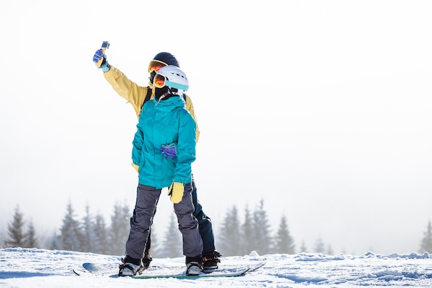 Skiërs die een foto nemen over een berg