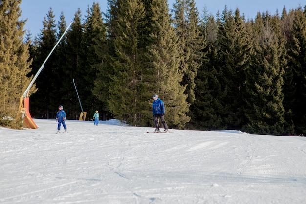 Skiërs en de stoeltjesliften van het skigebied in oekraïne