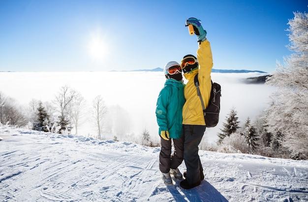 Skiërs maken een selfy op de berg