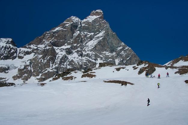 Skiërs onder de matterhorn
