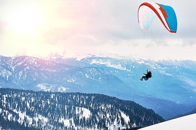 Skigebied in de alpenbergen. actieve winterrecreatie voor skiërs en paragliders.