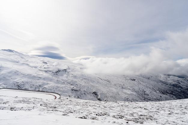 Skigebied van sierra nevada in de winter, vol met sneeuw.