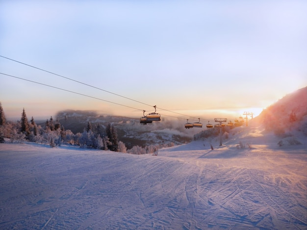 Skihelling en kabelwagen bij zonsopgang.