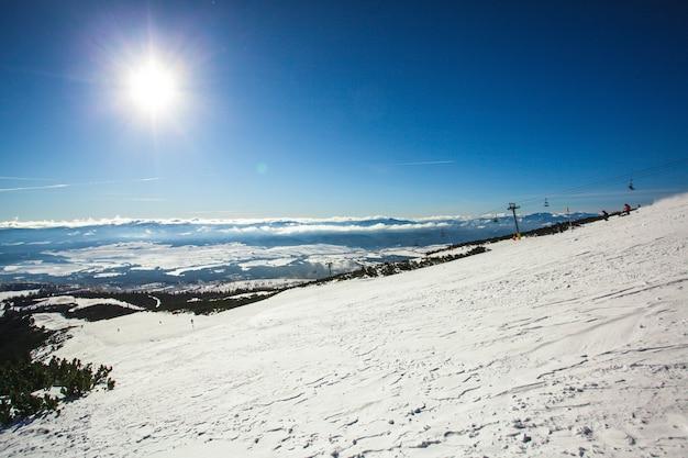 Skihelling in hoge tatra-bergen. ijzige zonnige dag