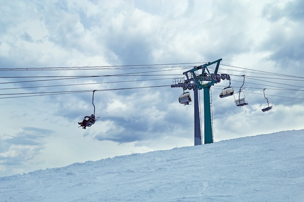 Skilift en blauwe hemel. sheregesh skigebied.