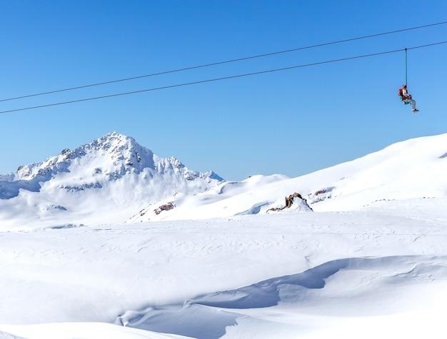 Skilift in skigebied hoog in de bergen