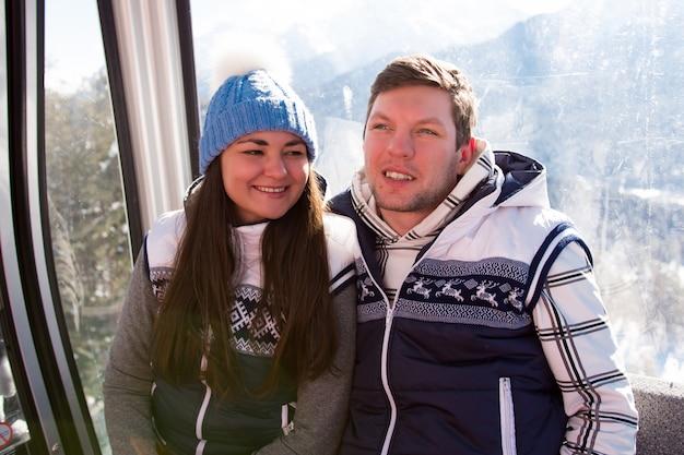 Skilift, skiën, skigebied - gelukkige skiërs op skilift.
