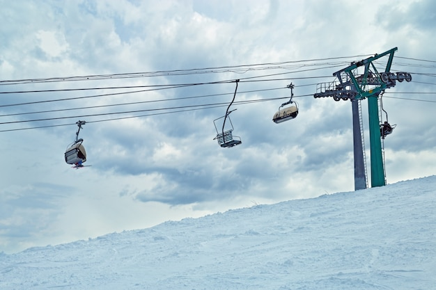 Skilift tegen hemel. skigebied sheregesh. actieve wintervakantie.