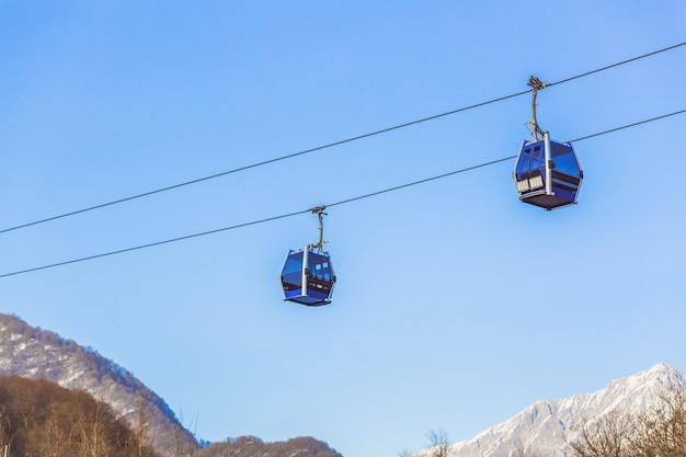 Skiliftkabel kabelbaan en kabelbaantransportsysteem voor skiërs met mist op de achtergrond van de vallei