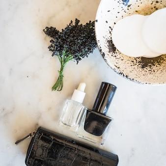 Skincare-leveringen op marmeren achtergrond