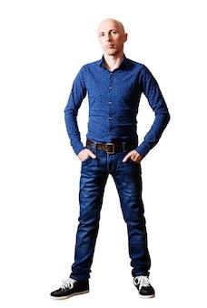 Skinhead man in shirt en spijkerbroek