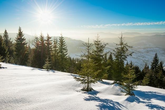 Skipiste met een prachtig uitzicht op de besneeuwde heuvel