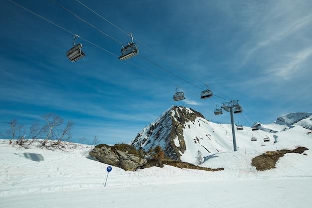 Skipistes en kabelbanen in het winter bergresort krasnaya polyana