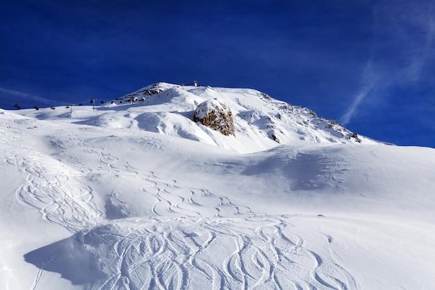 Skipistes in zonnige winterdag. skigebied ischgl, oostenrijk.