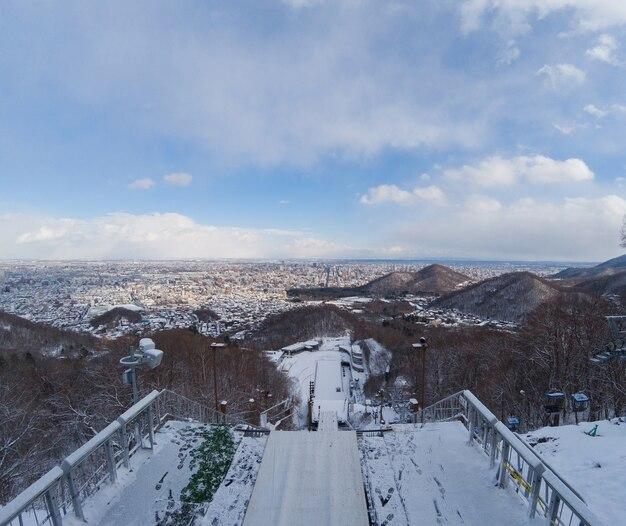 Skischansstadion is in de winter van bovenaf met sneeuw bedekt