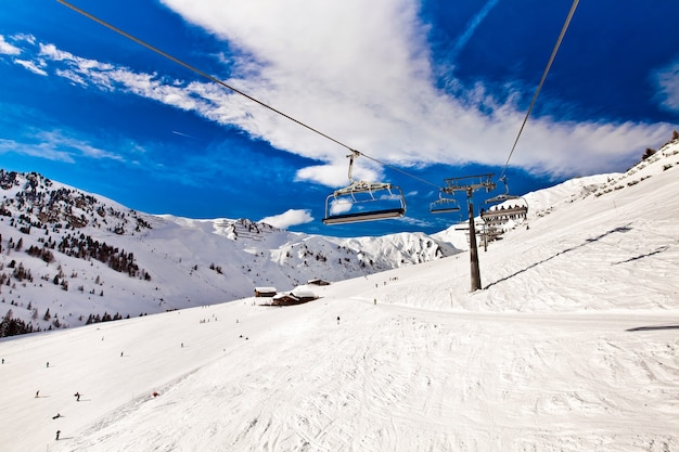 Skistoeltjeslift verplaatsen, kabel manier in de bergen van de alpen in mayerhofen, oostenrijk