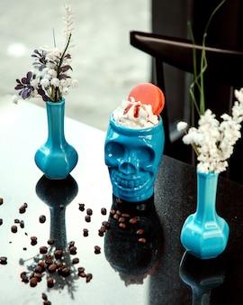Skull cup met room en bitterkoekjes