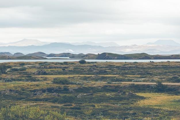 Skutustadagigar pseudocraters dichtbij skutustadir dorp in het meer myvatn gebied, ijsland