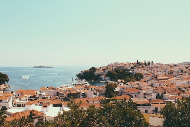 Skyathos-panorama met witte huizen, schepen op zee en kleine voetgangersstraten. belangrijkste eiland in de ionische zee.
