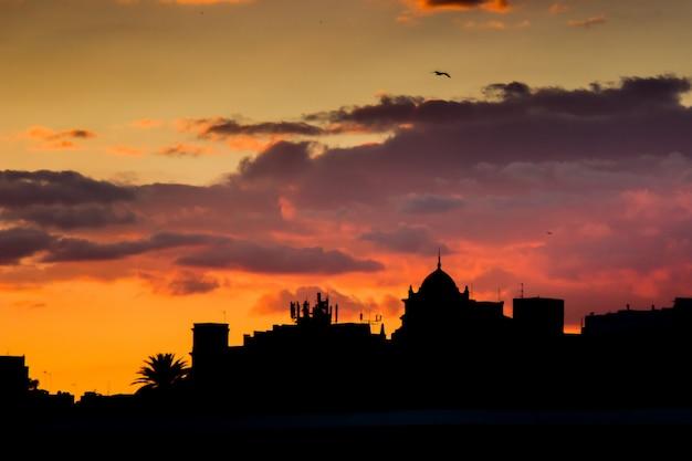 Skyline bij zonsondergang