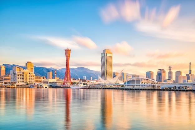 Skyline en haven van kobe in japan bij schemering