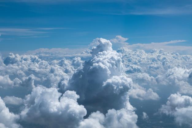 Skyline uitzicht boven de wolken vanuit vliegtuig