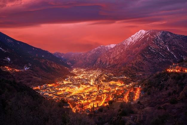 Skyline van andorra la vella bij zonsondergang pyreneeën