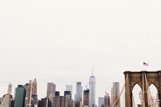 Skyline van de stad en brug met amerikaanse vlag